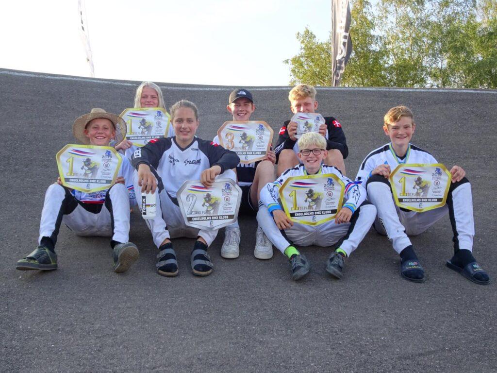 Rasmus, Malene, Anton, Jacob, Thor, Jeppe og Marcus viser stolt deres pokaler fra NM frem.