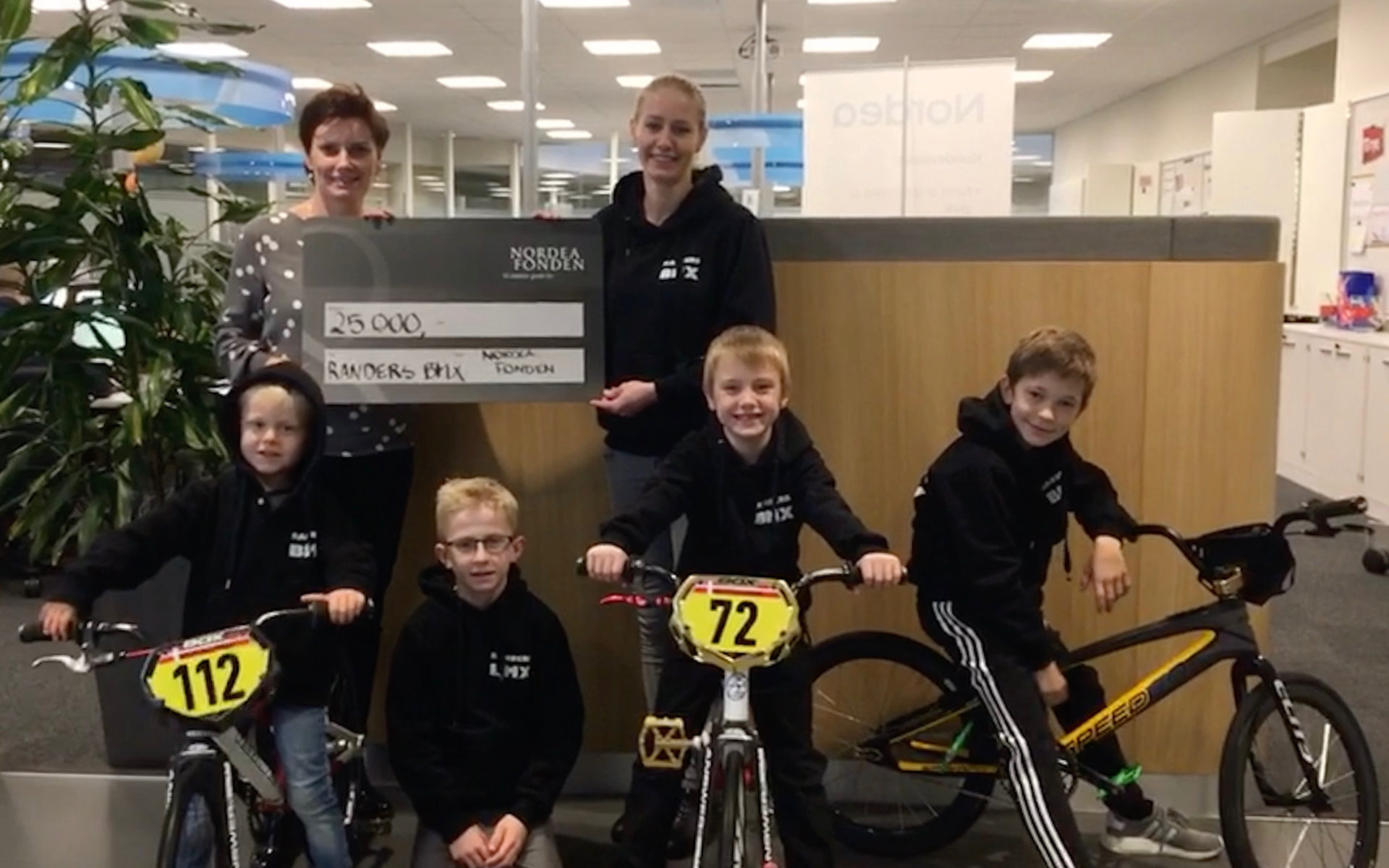 Drenge fra Randers BMX henter check på 25.000 kr. fra Nordea Fonden til ny start gate.
